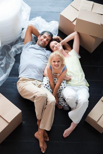 Rodzice I Córka Na Podłodze Z Dużą Ilością Pudeł Premium Zdjęcia