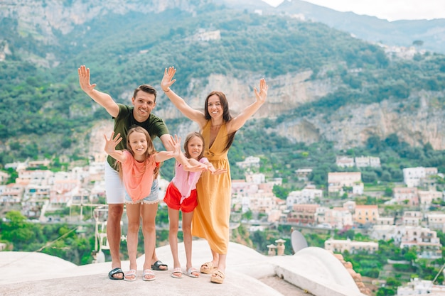 Rodzice I Dzieci Stwarzające W Miejscowości Positano We Włoszech Na Wybrzeżu Amalfi Premium Zdjęcia