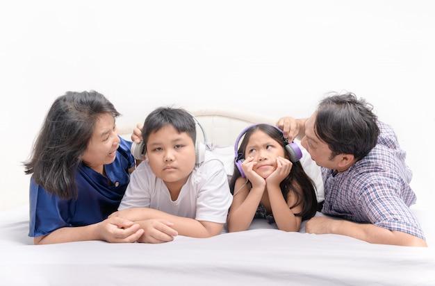 Rodzice krzyczeli do dzieci, aby przestały słuchać muzyki Premium Zdjęcia