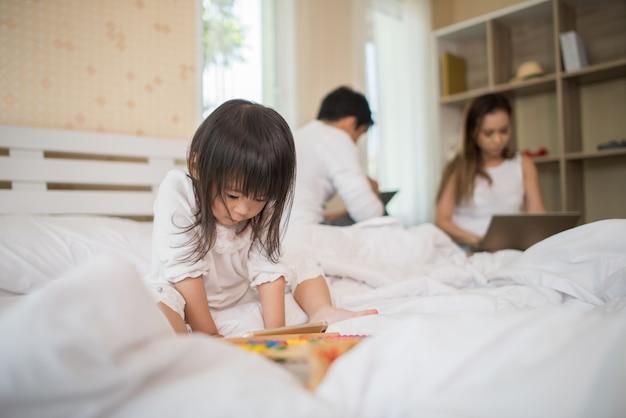 Rodzice nie dbają o swoje dzieci i dziecko przez cały czas grają przez telefon. Darmowe Zdjęcia