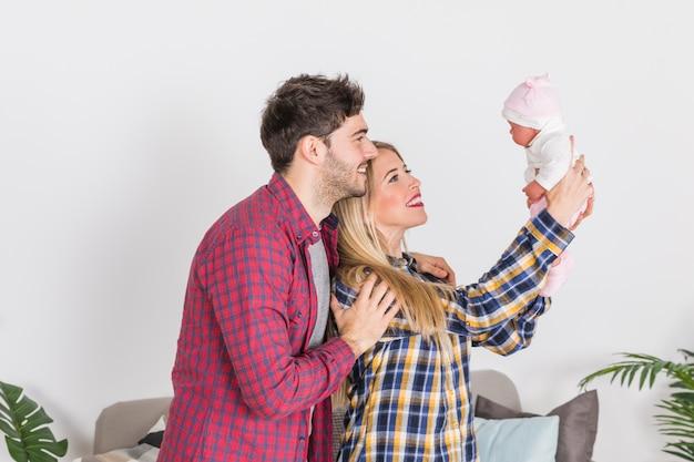 Rodzice patrząc na dziecko w rękach Darmowe Zdjęcia