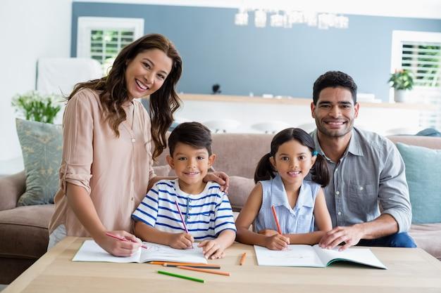 Rodzice Pomagają Dzieciom W Odrabianiu Lekcji W Domu Premium Zdjęcia