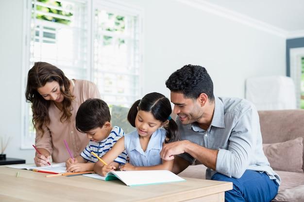 Rodzice Pomagają Dzieciom W Odrabianiu Lekcji Premium Zdjęcia