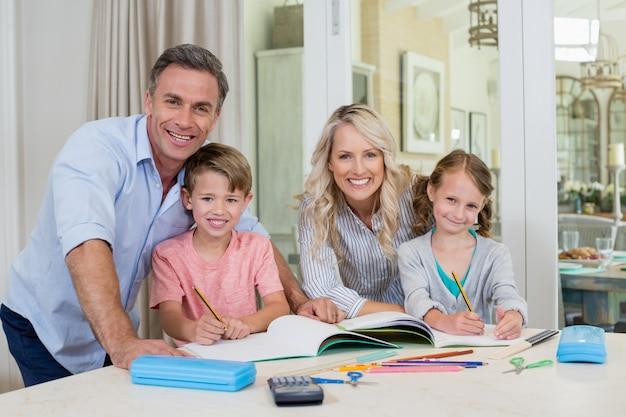 Rodzice Pomagający Dzieciom W Odrabianiu Lekcji Premium Zdjęcia