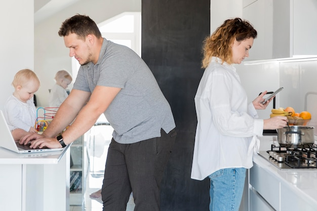 Rodzice Pracujący W Domu Darmowe Zdjęcia