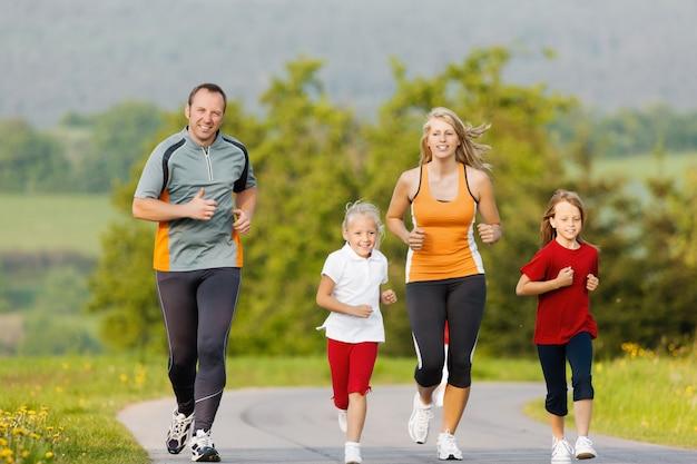 Rodzina biegająca na sport na świeżym powietrzu Premium Zdjęcia