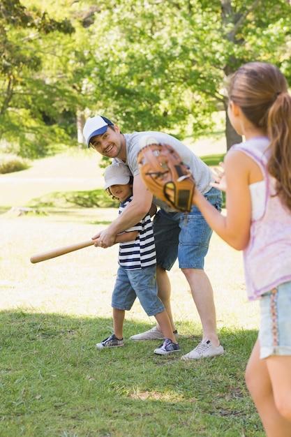 Rodzina Gra W Baseball W Parku Premium Zdjęcia