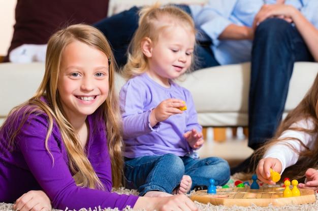 Rodzina gry planszowej w domu Premium Zdjęcia