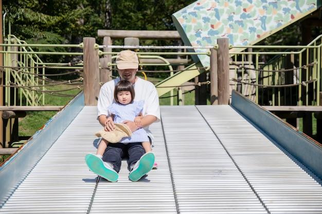Rodzina, Która Gra W Parku Premium Zdjęcia