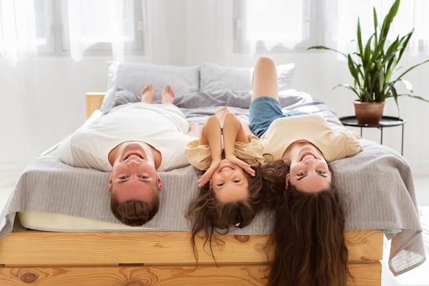 Rodzina Leży Na łóżku Z Opuszczonymi Rękami Premium Zdjęcia