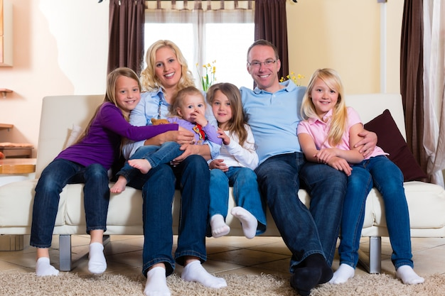 Rodzina na kanapie Premium Zdjęcia
