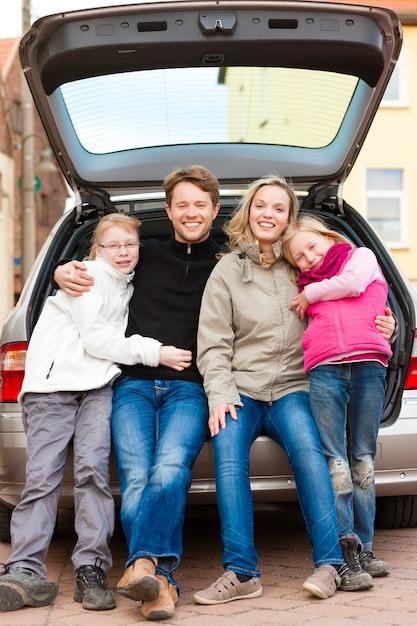 Rodzina na wycieczkę samochodem siedzi z tyłu Premium Zdjęcia