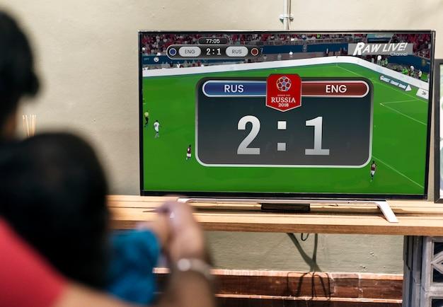 Rodzina ogląda mecz piłki nożnej w telewizji Premium Zdjęcia