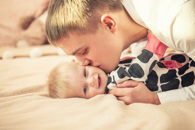 Rodzina, Ojciec I Córka Razem W Domu Przytulanie Piękny I Szczęśliwy Zbliżenie Premium Zdjęcia