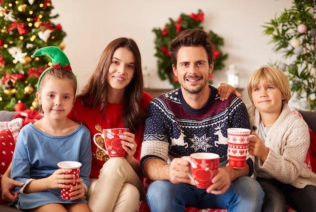 Rodzina Pije Gorącą Czekoladę Na Boże Narodzenie Darmowe Zdjęcia