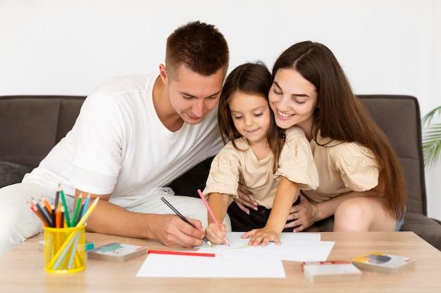 Rodzina Rysująca Razem W Domu Darmowe Zdjęcia