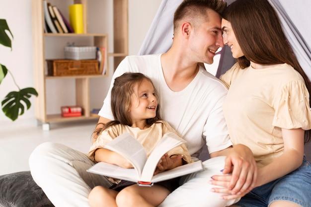 Rodzina Spędza Razem ładny Moment Podczas Czytania Darmowe Zdjęcia