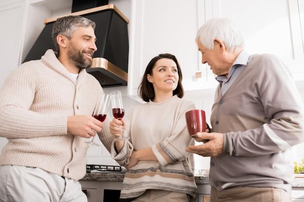 Rodzina Spożywająca Przypadkowy Napój W Domu Premium Zdjęcia