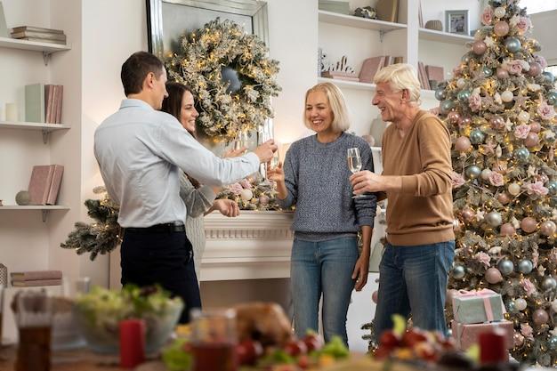 Rodzina świętuje Boże Narodzenie W Domu Darmowe Zdjęcia
