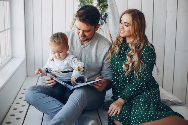 Rodzina w domu siedzi na podłodze Darmowe Zdjęcia