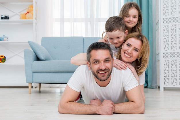 Rodzina W Domu Premium Zdjęcia