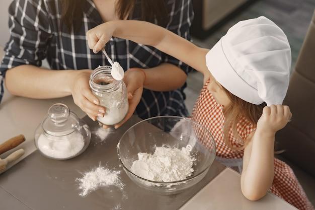 Rodzina W Kuchni Gotuje Ciasto Na Ciasteczka Darmowe Zdjęcia