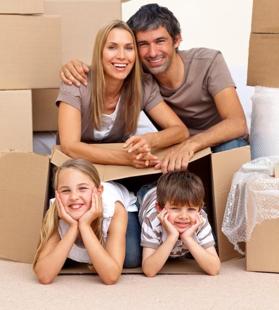 Rodzina W Nowym Domu Bawić Się Z Pudełkami Premium Zdjęcia