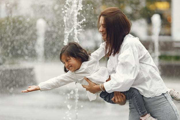 Rodzina W Pobliżu Miejskiej Fontanny. Matka Z Córką Bawić Się Wodą. Darmowe Zdjęcia