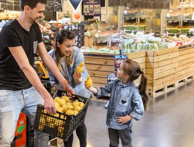 Rodzina Wybiera Cytryny I Owoc W Supermarkecie Darmowe Zdjęcia
