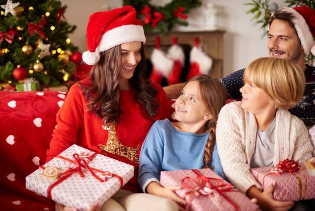 Rodzina Wypoczywa W Domu Podczas świąt Bożego Narodzenia Darmowe Zdjęcia