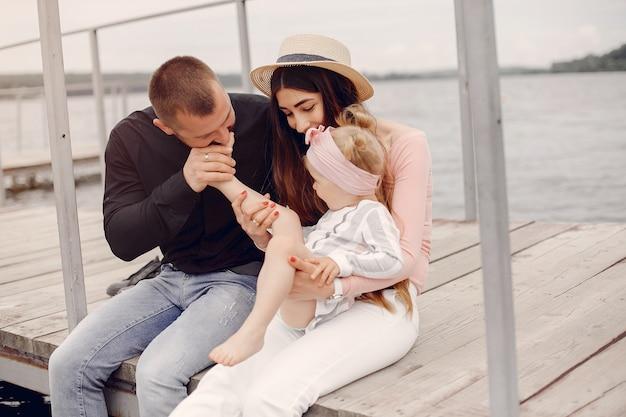Rodzina z córką bawić się w parku Darmowe Zdjęcia