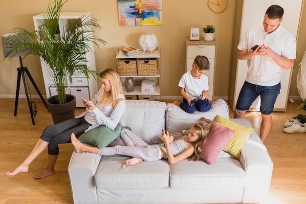 Rodzina Z Dużym Widokiem Spędza Czas Na Telefonie Komórkowym Darmowe Zdjęcia