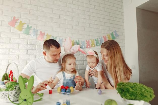 Rodzina Z Dwójką Dzieci W Kuchni Przygotowującej Się Do Wielkanocy Darmowe Zdjęcia