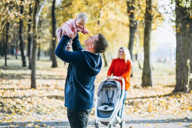 Rodzina z dzieckiem daugher spaceru w parku jesień Darmowe Zdjęcia