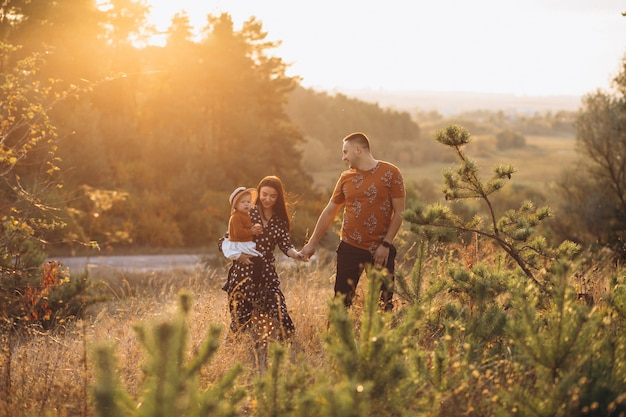Rodzina z ich małą córeczką w polu jesienią Darmowe Zdjęcia