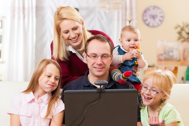 Rodzina Z Komputerem O Konferencji Wideo Premium Zdjęcia