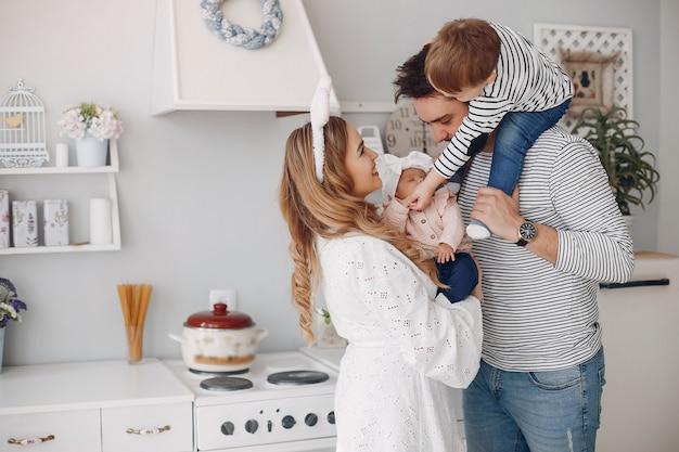 Rodzina z małym synem w kuchni Darmowe Zdjęcia