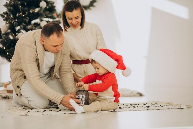 Rodzina Z Małym Synkiem Przy Choince W Domu Darmowe Zdjęcia