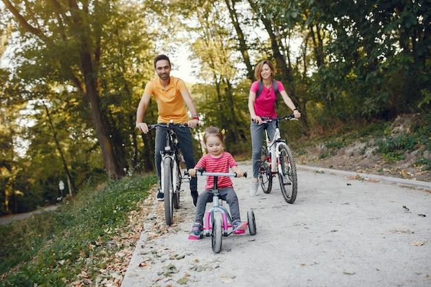 Rodzina Z Rowerem W Letnim Parku Darmowe Zdjęcia