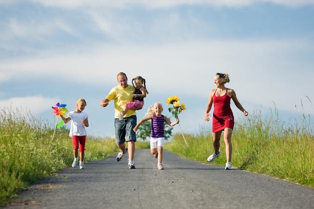 Rodzina zbiegająca ze wzgórza Premium Zdjęcia