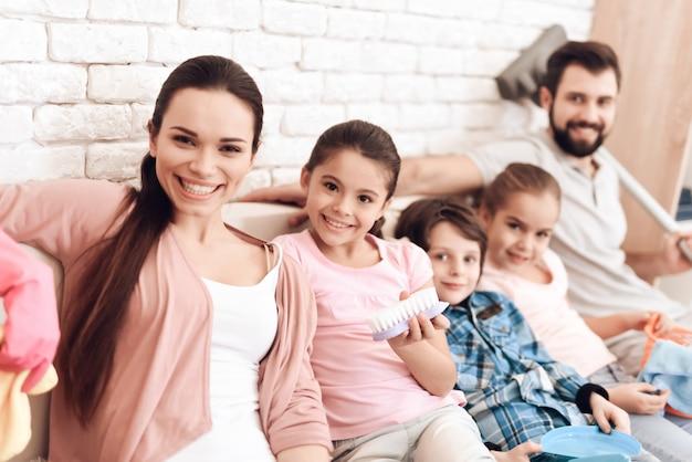 Rodzina Zmęczona Sprzątaniem Siedzi Na Kanapie W Mieszkaniu. Premium Zdjęcia