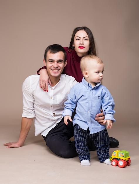 Rodzinna Fotografia Studyjna. Ciepłe Tło Premium Zdjęcia