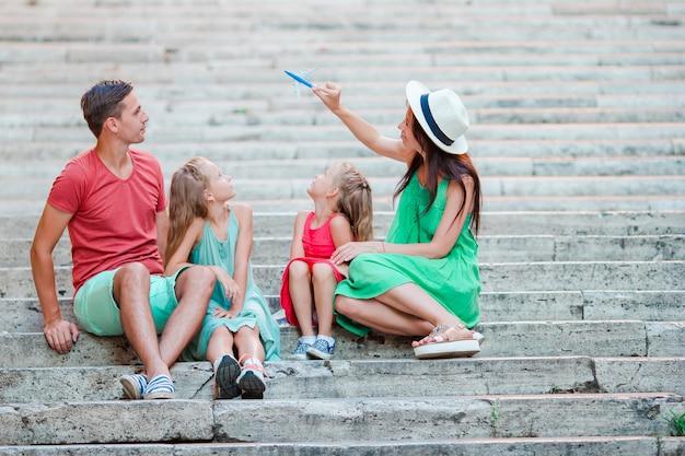 Rodzinne wakacje w europie. samolot w ręce kobiety. Premium Zdjęcia