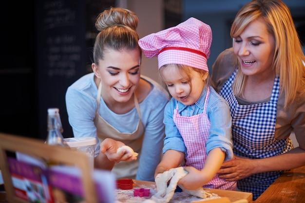 Rodzinne Wspólne Gotowanie W Kuchni Darmowe Zdjęcia