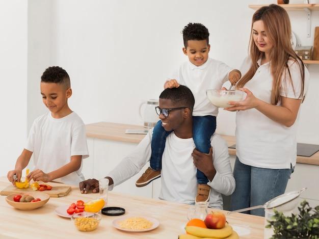 Rodzinne Zabawy Podczas Robienia Jedzenia Darmowe Zdjęcia
