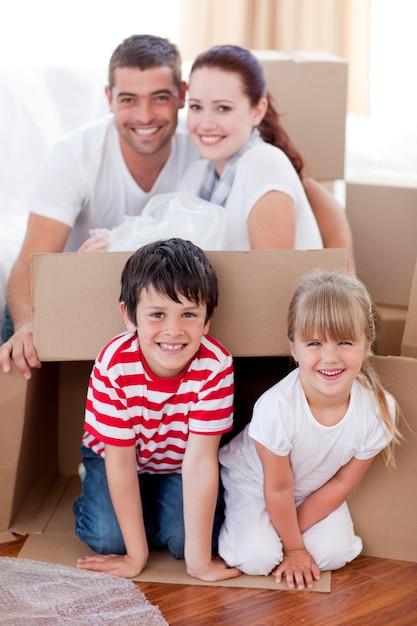 Rodzinny Dom W Ruchu Z Pudełka Premium Zdjęcia
