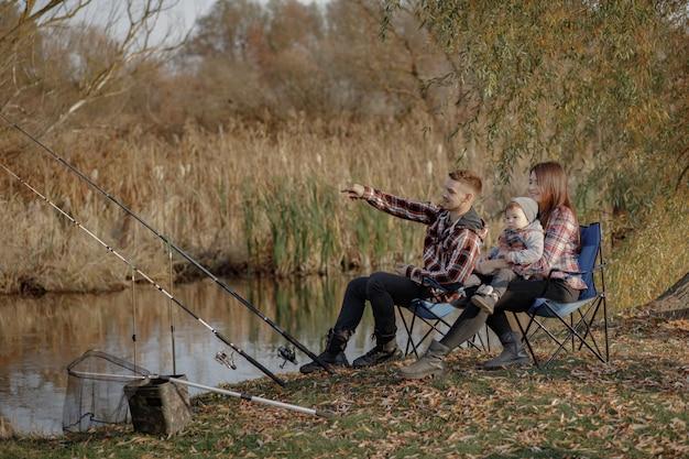 Rodzinny Siedzący Pobliski Rzeka W Ranku Połowie Darmowe Zdjęcia