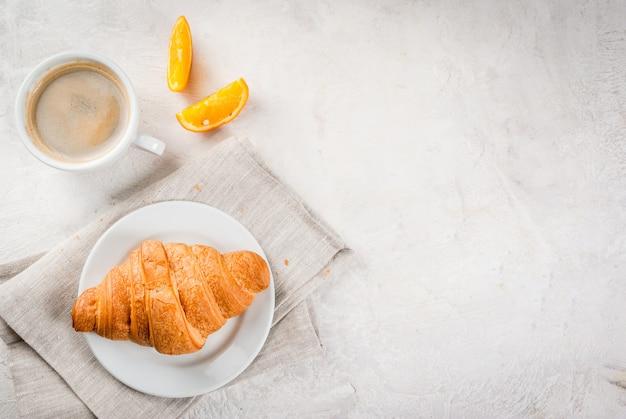 Rogaliki Z Kawą I Pomarańczą Premium Zdjęcia