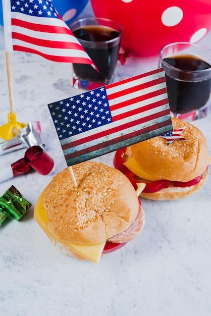 Rogi Z Hamburgerów I Amerykańskie Flagi Darmowe Zdjęcia