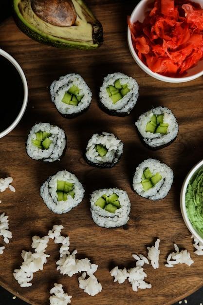 Roladki Sushi Podawane Na Drewnianym Talerzu Z Widokiem Z Góry Klasycznych Składników Darmowe Zdjęcia